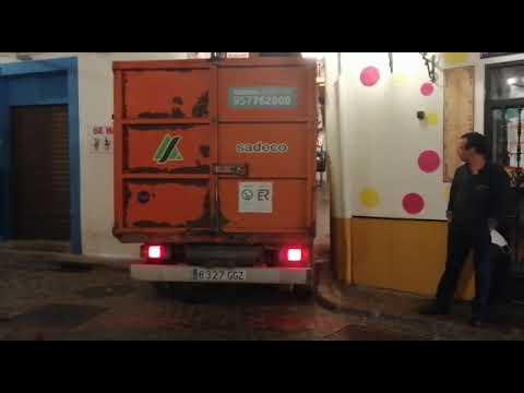 Paso de un vehículo de Sadeco por calles estrechas del Casco Histórico de Córdoba