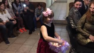 Девочка посыпает лепестками роз путь невесты
