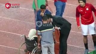 بكاء مشجعة من ذوى الاحتاجات الخاصة بعد مصافحة محمد صلاح