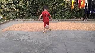 NAT vlog. Thử thách đá bóng trên sân nhà của Hieu