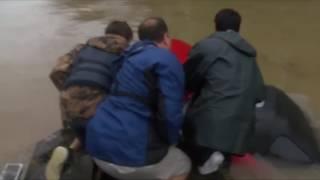 Спасатели достали женщину из тонущего автомобиля в последний момент