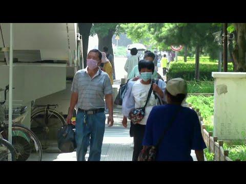 Из-за новой вспышки COVID-19 власти поместили под строгий карантин сразу несколько районов Пекина.