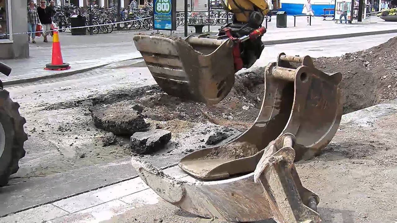 & Digging up a broken water pipe in Linköping Sweden - YouTube