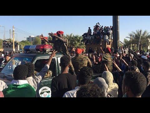 مئات الضباط يعلنون وقوفهم إلى جانب المتظاهرين السودانيين..واعتصامات حاشدة للضغط على القيادة العامة  - 10:53-2019 / 4 / 10