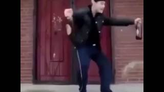 Мужик смешно танцует