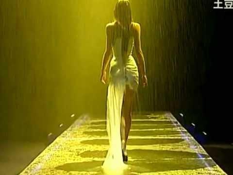 Model Jodie Kidd short runway Alexander Mcqueen SS 1998