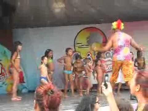 crianças dançando axe moi