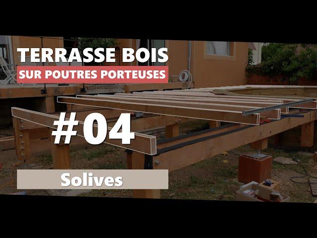 04. Solives de la terrasse en bois sur poutres-porteuses et pilotis autour d'une piscine