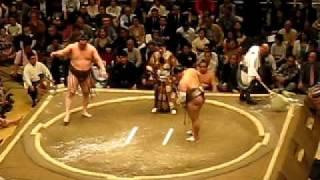 Combate del actual Yokozuna vs Toyonoshima.