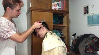 intentando cortarle el pelo a …