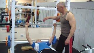 Жим штанги лежа в тренажере Смита для мышц груди