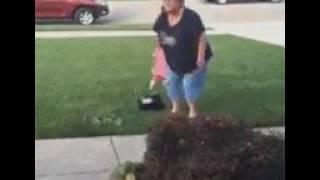Niña ignora a su abuela