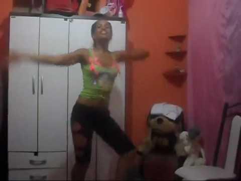 Gil dançando vai no céu, vai no chão