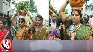 Lal Darwaza Bonalu || Devotees Offer Prayers At Sri Simhavahini Mahankali Temple || V6 News