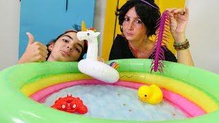 Çocuk videosu. Cadı Mina havuz için yeni arkadaş yapıyor. Sihir oyunu