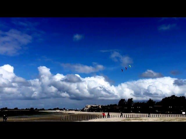Drachensteigen an Pfingsten am Strand Makkum