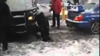 【驚愕】インプレッサが雪でスタックしている大型トレーラーを牽引!