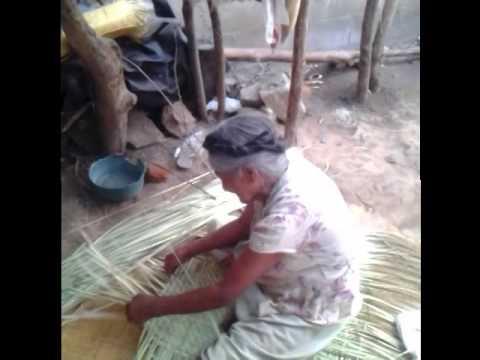 Señora haciendo petates en Nahuizalco
