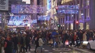 Un puente de compras, fútbol e ilusión navideña en Madrid