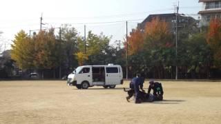 犯人役の警察官は完全防備スタイルでした。犯人に向かって攻撃開始の警...