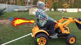Малыш играет с игрушками в ферму и катается на большом тракторе Видео для детей