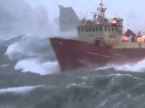 سفينه وسط عاصفه