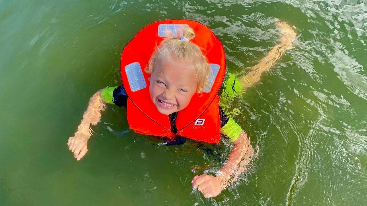 Familjen åker vattenskoter & Harry ramlar i vattnet VLOGG