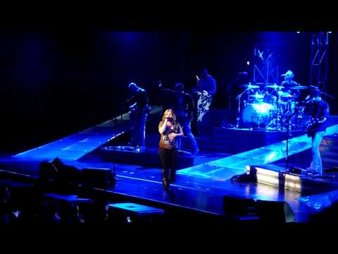 kelly-clarkson---impossible-@-acer-arena-17-april-2010