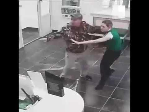 В «Асбесте» разбойник с ножом напал на продавцов салона связи   E1.ru