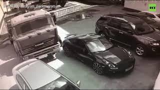 В миллиметре от Porsche: водитель голыми руками остановил КамАЗ