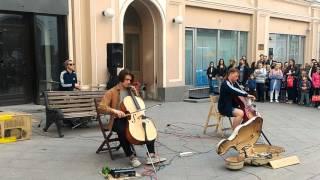 Тема из Криминального чтива в исполнении уличных музыкантов