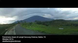 Fenomena awan lintecular di langit Gunung Ciremai. Sabtu sore 15 Oktober 2016.