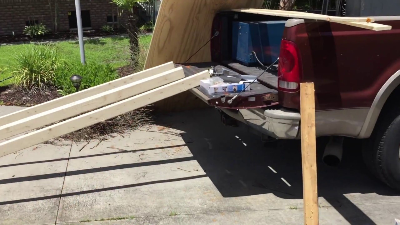 Truck bed ramp for loading and unloading heavy objects