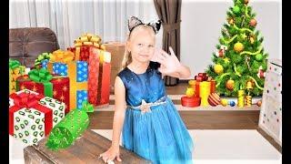 Алиса РАЗБИЛА новогоднюю игрушку ! Радужная ЕЛОЧКА на Новый Год !!!