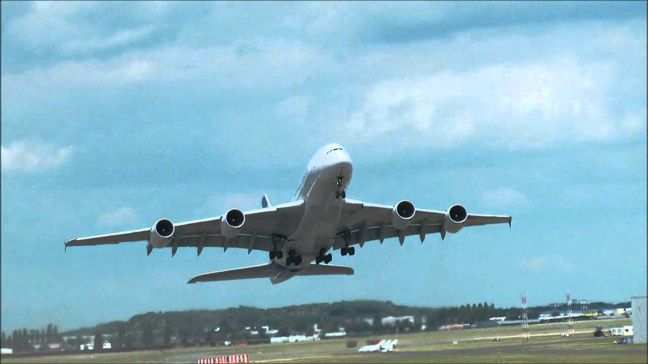 Airbus a380 d collage demonstration en vol for Avion airbus a380 interieur
