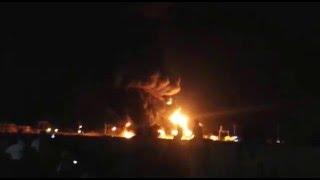 شاهد الحريق الذي شب في مصافي عدن بعد استهدافها بعبوة ناسفة