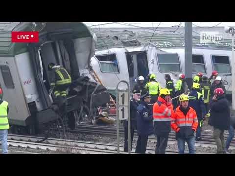 Milano, le carrozze accartocciate del treno dopo il deragliamento