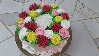 Торт с розами и бутонами хризантем