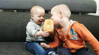 Смешные дети. 2019. Голодные дети едят хлеб!Ты не поверишь!Приколы с детьми. Чем кормить детей.