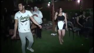 بالفيديو:  مصري يتحدى فتاة بالرقص الشرقي