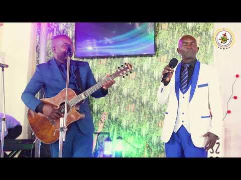 Download Ambwene Mwasongwe akiimba wimbo wa Tumechoka na Dunia kwa gitaa