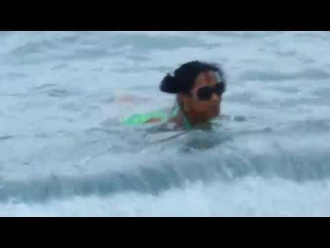 Refrescarse en la Playa Guantanamo Cuba