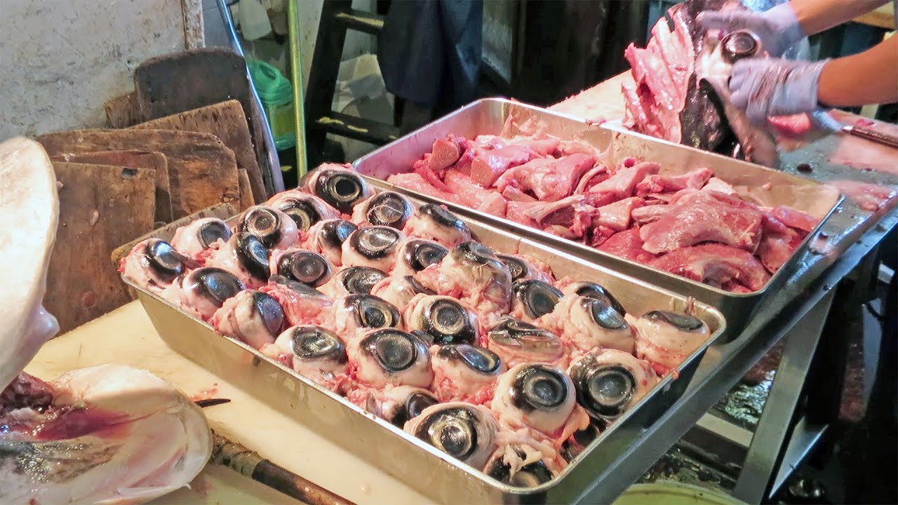 Japan s tsukiji fish market carving out tuna eyeballs