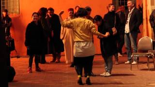 Haru Kuroki 黒木 華 danse dans la rue de marrakesh, pendant le Fest...