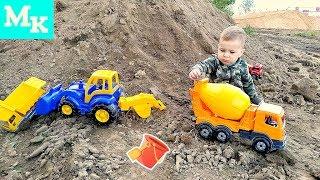 Синий трактор и рабочие машинки в Большой песочнице