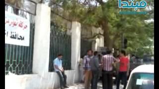 بالفيديو شباب الفيوم يضعون لافتات على ابواب المحافظة لاستقبال المحافظ الجديد