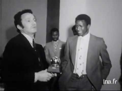 Football : la remise du ballon d'or a Salif Keita, footballeur de Saint Etienne - Archive vidéo INA