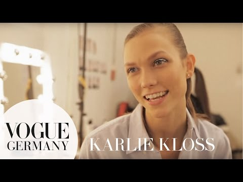 Karlie Kloss' ungewöhnliche Pre-Show Routine | Berlin Fashion Week | VOGUE Behind the Scenes