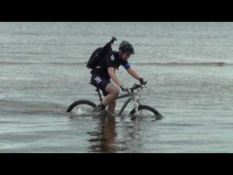вот это парень, водяной велосипед