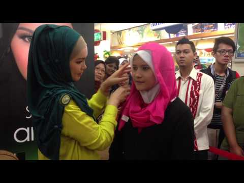 SimplySiti Scarf Tutorial during Meet & Greet Session at Sogo Kuala Lumpur
